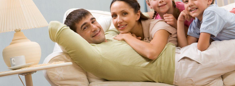 Famille ensemble sur un canapé