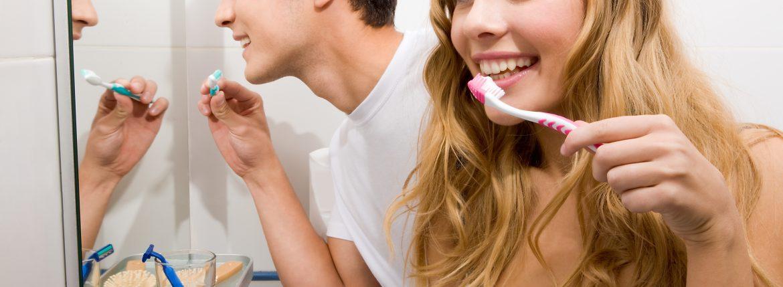 Couple se brossant les dents