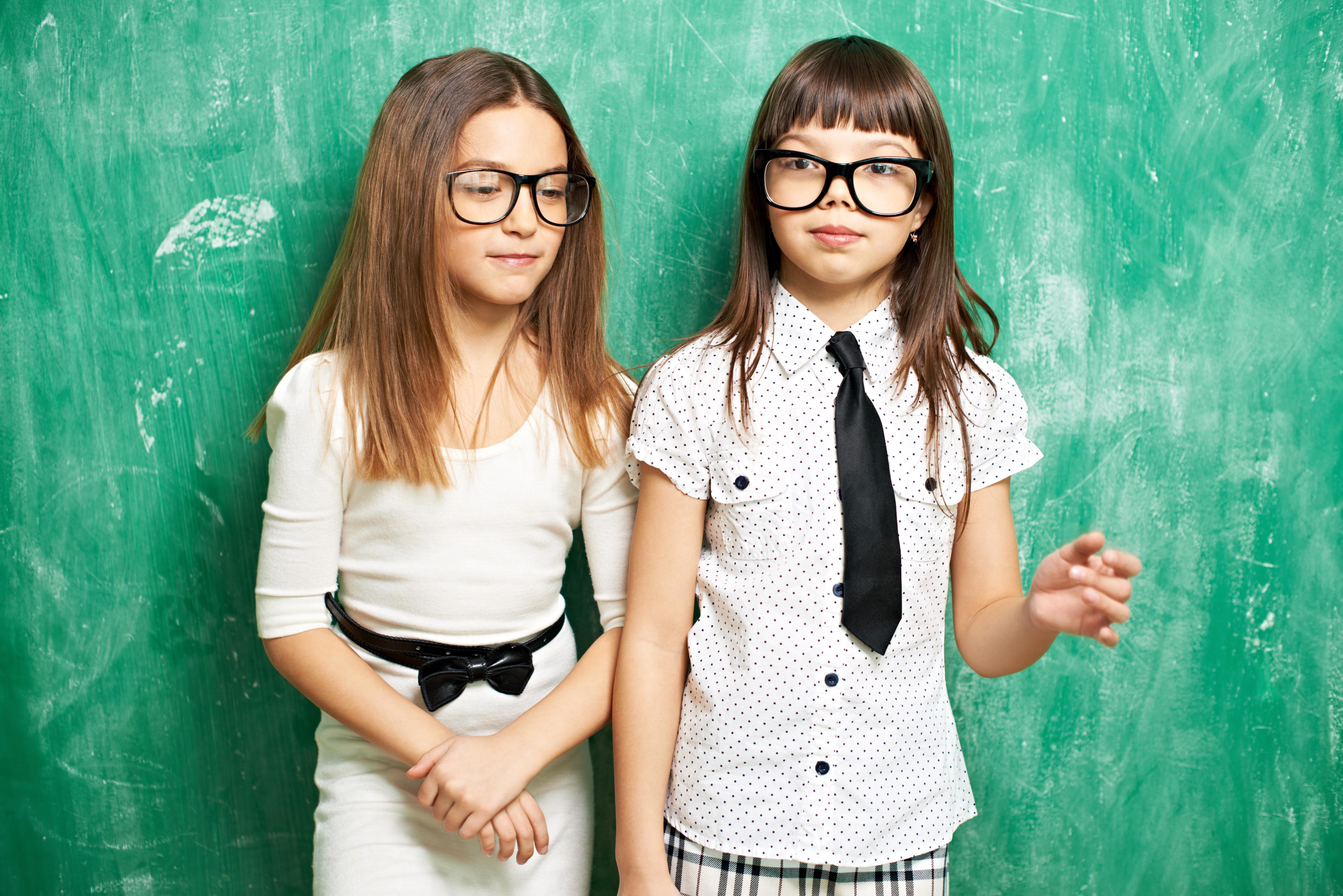2 filles qui portent des lunettes