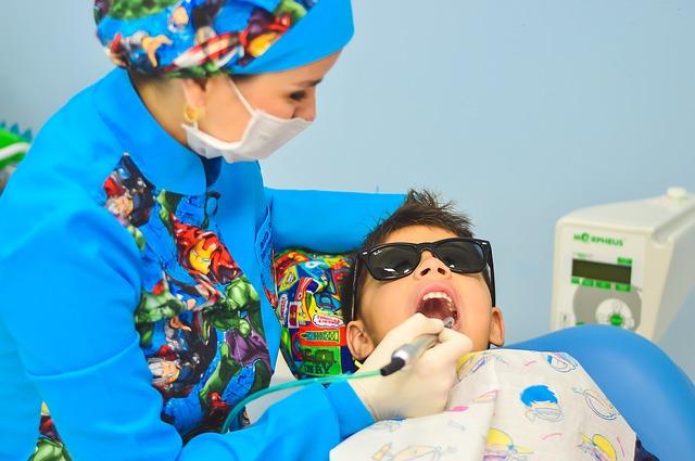Enfant chez l'orthodontiste