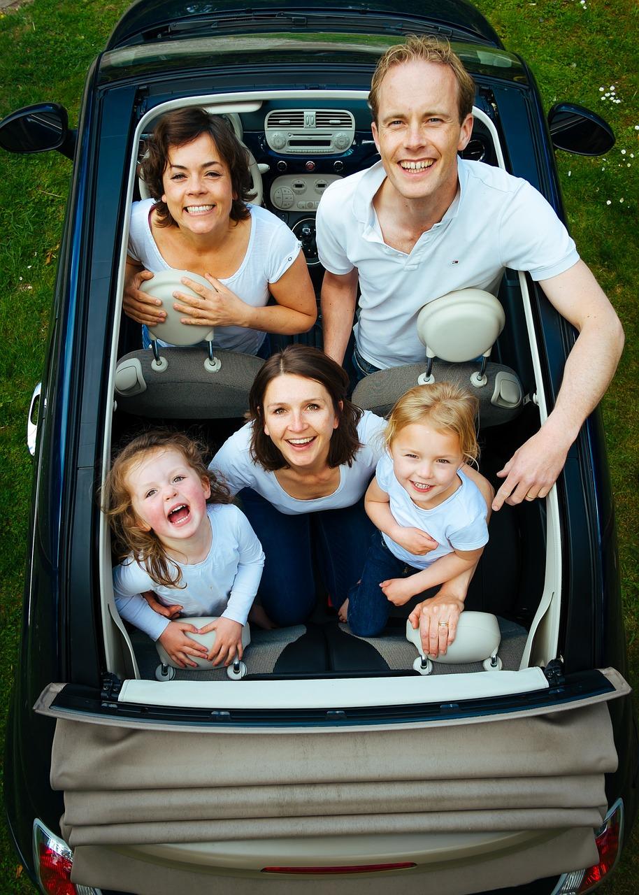 Famille nombreuse dans une voiture