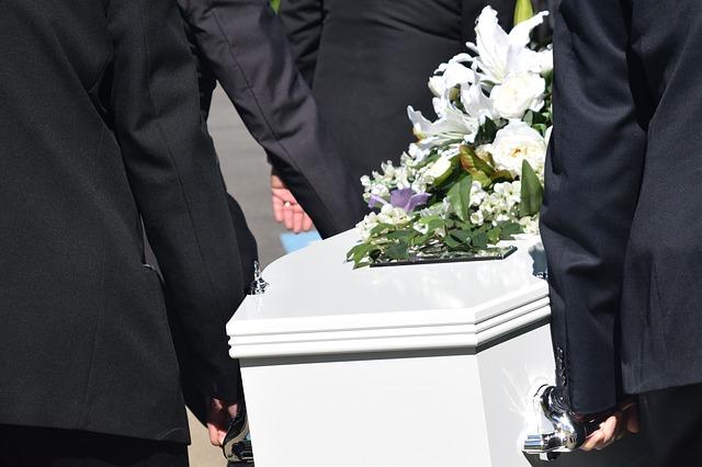 Cercueil porté par 4 personnes à des obsèques