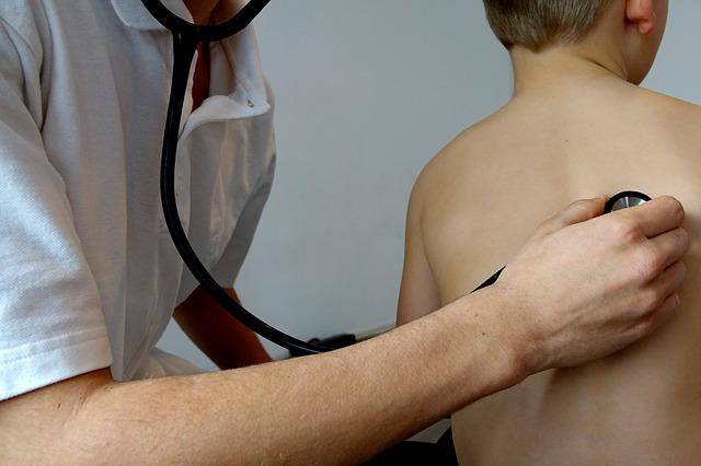 Enfant ausculté chez un pédiatre
