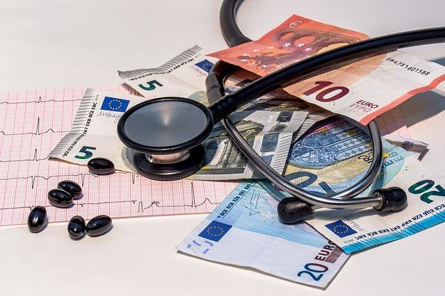 Medicaments et billets sur une feuille de soins