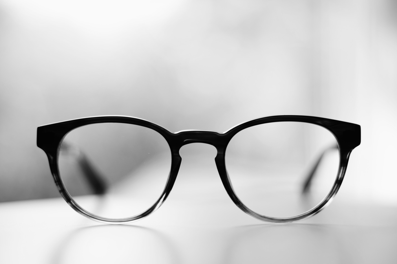 Paire de lunettes posée sur une table