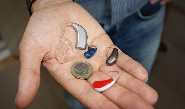 Appareil auditif posé dans une main