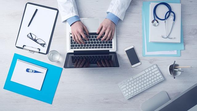 Patient devant son ordinateur pour une consultation
